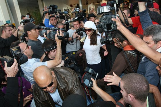 Paparazzi-crowding-around-Britney-Spears